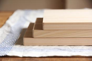 """まな板の素材は""""ひのき""""。S、M、L各サイズとも厚みはたったの1.5㎝なので、軽く扱いやすいのも嬉しい魅力。 自立するので、水切れは抜群!収納スペースに困ることがありません。"""