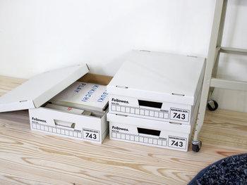 「Fellowes(フェローズ)」社が開発したバンカーズボックスは、アメリカでは定番の収納アイテムです。銀行の書類保管用として設計されたボックスなので、耐久性も抜群。シンプルでいくつ重ねてもサマになるデザインで、見せたくないものまですっぽりと隠してくれます。
