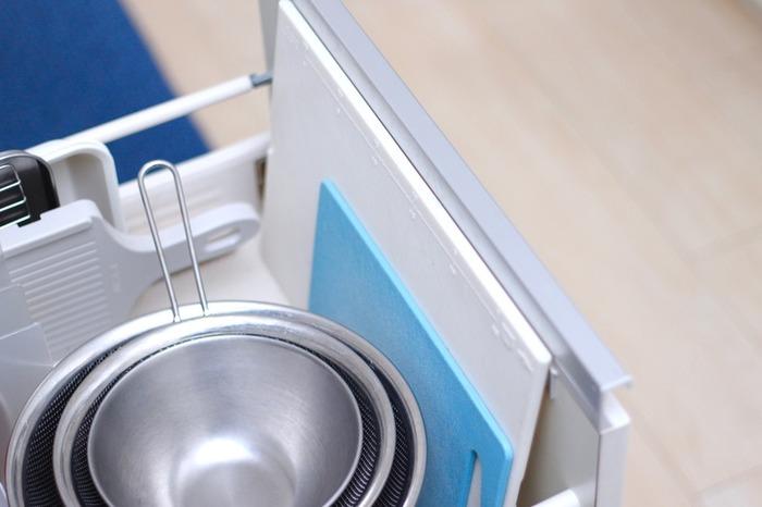 こちらのブロガーさんは、シンク下の引き出すタイプの収納棚に…。 ザル、ボウル、などなど、調理器具は、あらかじめ決められた場所に置き場所を決めておくと、お料理作りもよりスムーズで、快適に!