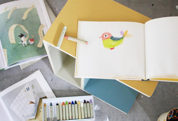 本棚として、時にはお絵かき用の机として…縦・横・逆さと、ラックの向きによって3通りの使い方ができる「コンパクトラック」。まな板は、高さも30cmと低く、板の角もきちんと丸くなっているので小さなお子さんでも安心して使うことが出来ます。みなさんも、是非手作りしてみてはいかがでしょうか…。