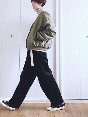 例えば、メンズライクなファッションも、甘辛ショートボブが持つ甘口の部分がよいバランスとなり、ボーイッシュになり過ぎずぎない、どこか女性らしさを残した大人っぽい雰囲気を作り出します。