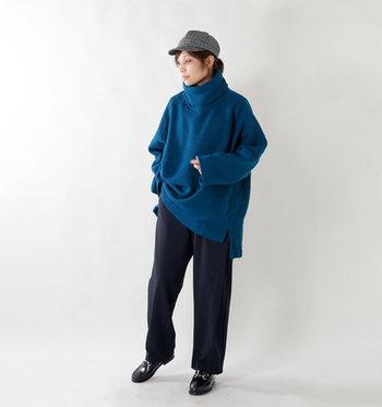 ネイビーのラップパンツに大きめのブルーセーターを合わせたオーバーサイズコーデは、今年らしい着こなし。グレーのキャスケットやおじ靴を合わせて、ラフになりすぎないよう品良くまとめています。