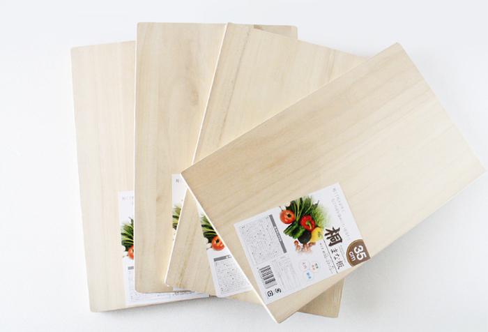材料は、まな板4枚。 横に寝かせたまな板に、2枚のまな板を垂直に立てて接着し、1枚のまな板を寝かせたまな板の最端に立て、そこから10cmほどの間隔をあけ、もう1枚のまな板を垂直に立てます。 どちらも接着材を使って接着剤を使って「仮固定」しておきましょう。次に残りのまな板1枚を、ラックが「コの字型」になるように合わせて接着。 4枚のまな板を接着(仮固定)したら、その全ての接着面をネジで「本固定」したら完成! カタカタと、ぐらついたり歪んだりすることがないよう、しっかりとネジ止めするのがポイントです。