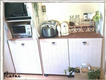 キッチンカウンターとしても使用できる高さに揃えた、ビルトインタイプのゴミ箱です。 足元にキャスターがあるので、自由に移動できます。