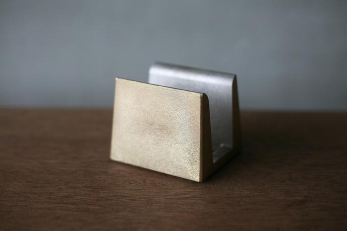 """キッチンに立つ時間が贅沢なものになりそうな""""FUTAGAMI""""の真鍮のまな板立て。 鋳肌のままの無塗装・無垢の真鍮で作られているので、経年変化によって味わい深い肌へと変化して行きます。"""