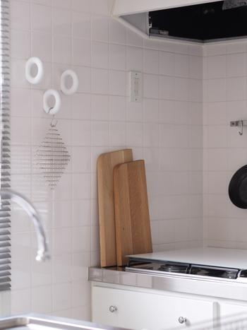 キッチンに立つのは、毎日のことだから…。快適に、満足の行くかたちで収納が楽しめたらいいですね!ここからは、実際に、人気ブロガーさん達が実践しているまな板の収納アイデアをご紹介したいと思います。