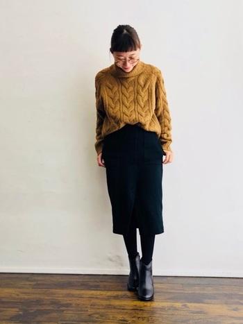洗練された大人っぽい着こなしになるタイトスカートも、縦長効果を生み出すお役立ちアイテム。もたつかないようにトップスはタックインしてすっきりと着こなしましょう。