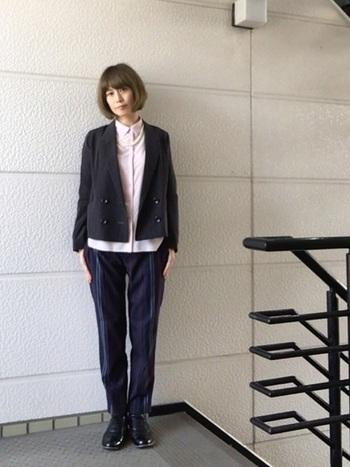 ネイビーパンツは、ジャケットをプラスするだけでオフィスカジュアルスタイルが作れます。ジャケットとパンツを同色にして、スーツのように見せるのもおすすめです。インナーのピンクのシャツで大人の可愛らしさを加えて。