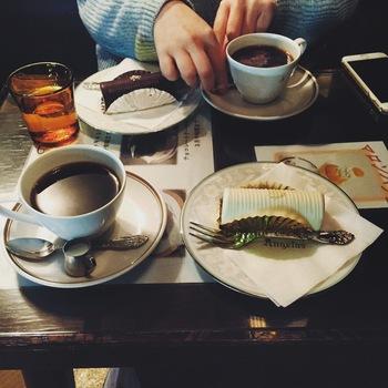 お店の名前と同じ「アンヂェラス」というケーキが人気。定番は、黒と白。甘すぎず食べやすい大人な味わいは、老若男女問わず愛されています。