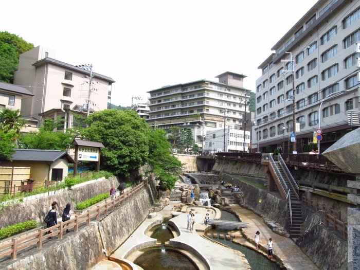 日本最古の湯と言われ名湯のひとつである「有馬温泉」。太閤秀吉をはじめ沢山の著名人も訪れていたそうで、町屋も多く立ち並ぶ情緒漂う温泉街になっています。また無料で足湯ができたり食べ歩きができたりとお土産屋さんも多いので温泉以外にも楽しめる所が盛りだくさん!JR大阪駅から電車で約一時間で行くことができるため、日帰り旅行にもおすすめです。