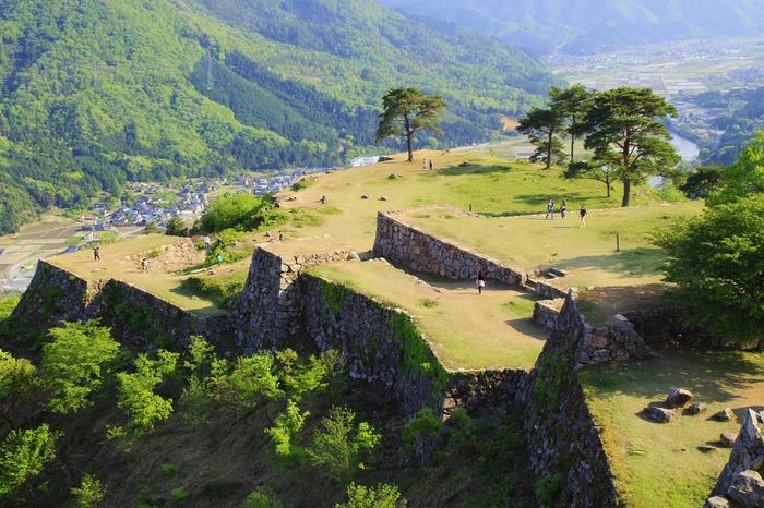 朝霧が漂い雲海に包まれた幻想的な景色が人気を呼び、今では観光スポットの定番となっている「竹田城跡」。山城遺跡として完存する全国でも珍しい遺跡のひとつで、虎が臥せているようにも見えることから「虎臥城(とらふすじょう/こがじょう)」とも呼ばれています。