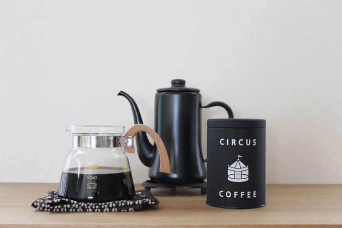 味はもちろんのこと、パッケージのデザインにもこだわったコーヒーなら、いつもより上質で幸せな時間が過ごせそうですね。珈琲生豆鑑定マスターがセレクトしたとっておきのスペシャルティコーヒーを、ぜひご自宅で味わってみてはいかがでしょうか。