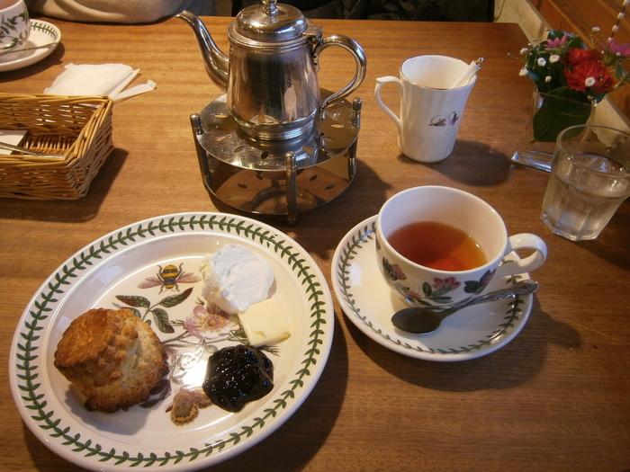 『北山紅茶館』は、インドやスリランカ、ドイツなどの様々な紅茶を扱っています。紅茶好きにはたまらないカフェですよ!ケーキやマフィン以外にも、サンドウィッチやキッシュなどの軽食もあります。お店の1番人気は、サクフワのスコーン。10:00〜11:30までのモーニングタイムならドリンクとセットで食べられます♪