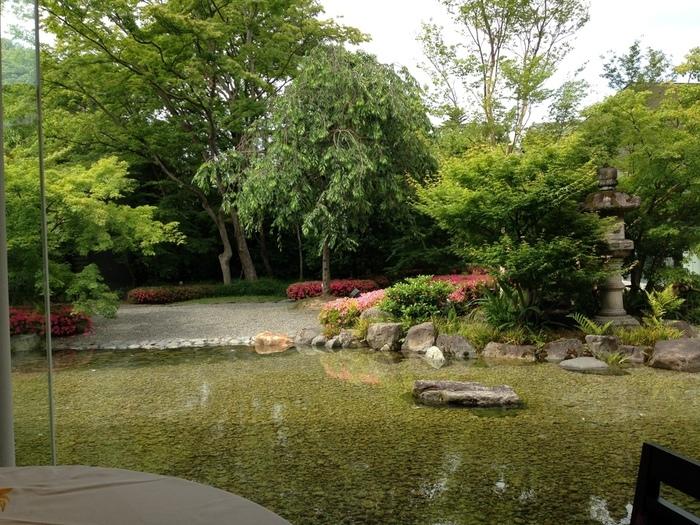 貸切の結婚式場として人気のある『北山モノリス』では、式のない日には日本庭園を眺めながら食事をすることができます。