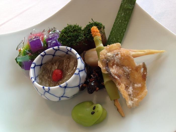 『北山モノリス』では、目にも美味しいアートのような創作和食を堪能することができます。料理長が厳選した食材、また京都を含む関西エリアの食材を多く取り入れいたこだわりの料理は、わざわざ時間をかけてでも行きたいと思わせてくれる格別の味わいです。お値段も2,500円(全4品)〜とリーズナブル!大人のためのリッチなランチをご希望の方にはオススメです!
