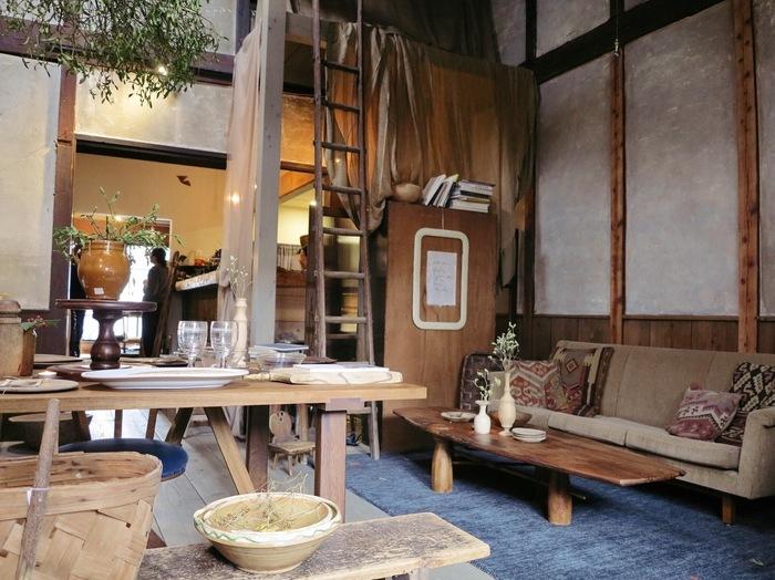"""まだオープンして4年目のカフェ『スターダスト』。作り手の思いがあふれる温かみのある雑貨などが""""スターダスト(星くず)""""のごとく店内に配され、それぞれがその存在感を煌かせています。そのハイセンスなセレクトは、京都の暮らし美人の間で話題となり密かに人気を集めています。"""