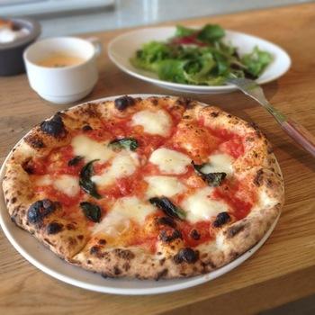 ピザは職人さんこだわりの生地を使ったナポリ風ピザ。なんと薪窯焼きです。50席ほどあるテラス席ではB.B.Qを楽しむこともでき、チーズの盛り合わせなど、ワインに合うようなイタリアンなおつまみも充実しています。友達とわいわい語り合いたい時にはオススメのレストランです。