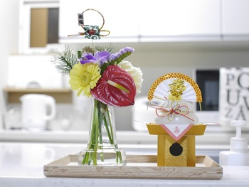 プレートを使って季節に合わせたディスプレイにすれば、お部屋の中でもぐっと目を引くインテリアに。お正月には鏡餅に花束を添えて華やかに♪