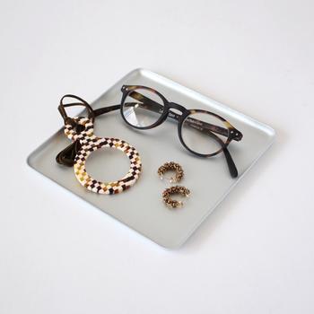 次の日のために、眼鏡やアクセサリーなどを、寝る前にベッドサイドにセッティングするのもおすすめ。アルミのプレートは、軽くて丈夫。長く愛用できるアイテムになってくれるはずです。