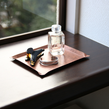 薄い銅板製のプレートは、どこか懐かしい気持ちに。持ち運びもしやすいので、すぐに使いたいものなどを置いておくのもいいですね。