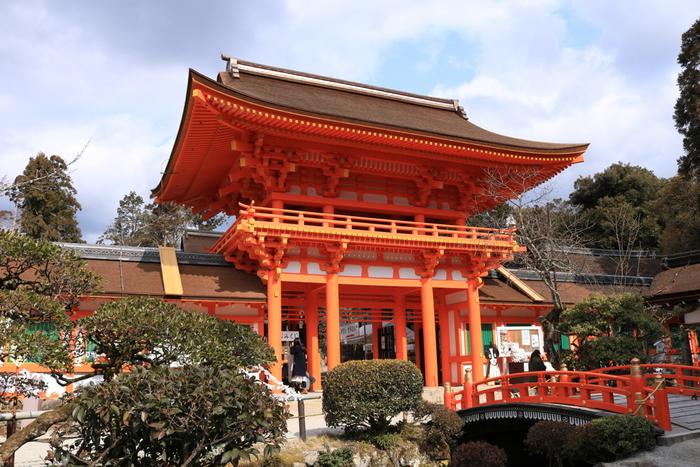 北山エリアのもう1つのパワースポットと言えば、京都でもっとも古い神社の部類に入る『上賀茂神社』です。こちらも世界遺産に登録されています。正式名称は『賀茂別雷神社(かもわけいかづちじんじゃ)』です。境内は、自然豊かで情緒豊か。のんびりお散歩するのにうってつけの京都の名所です。
