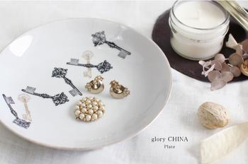お気に入りのお皿に、お気に入りのアクセサリーをオン。お皿の絵柄と置くものを合わせてあげれば、ディスプレイに統一感が生まれます。
