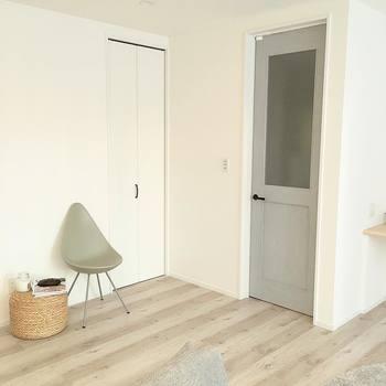 白っぽい木のフローリングもおしゃれで素敵です。床面が白い方が、部屋が広く感じることができます。