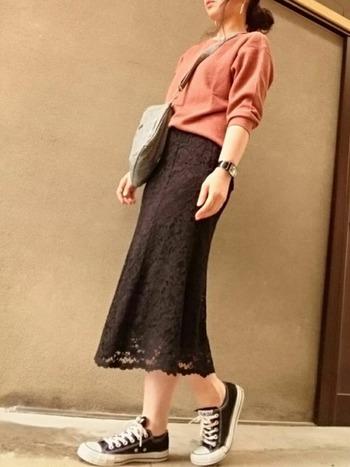 こげ茶のレースフレアスカートなら色あわせが難しいレンガ色でもすんなり溶け込みます!