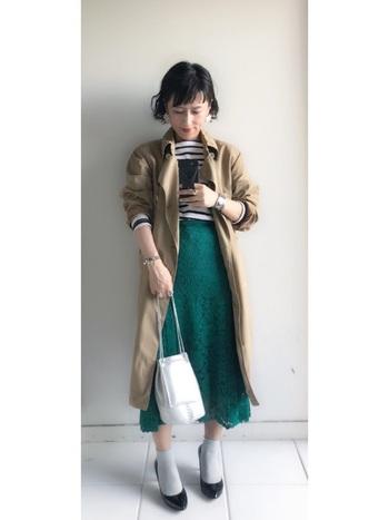 トレンチとボーダーというマリンな組み合わせに、グリーンのスカートでパキっとしたさし色を。