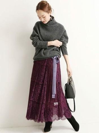 赤いヴァイオレットカラーのスカートは、ダークグレーのニットを合わせて大人っぽく。合わせる小物もシックなものを選んで上品に仕上げましょう。