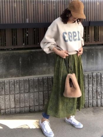 ナチュラルなグリーンのスカートが映えるよう、トップスはシンプルなスウェットで。さし色に優しいブラウンを取り入れることで、色の調和がとれたグッドコーデになります。