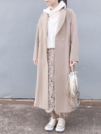 ベージュのレースフレアスカートは、コートやシューズも同一カラーにそろえてワントーンコーデを楽しむのが、おしゃれに見えるのでおすすめです。