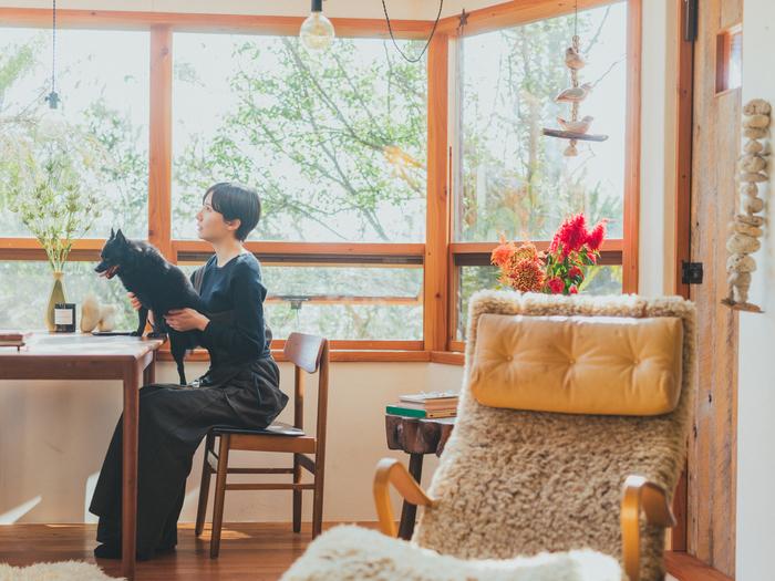 愛犬・小梅ちゃんは熊谷さんの膝の上が定位置です