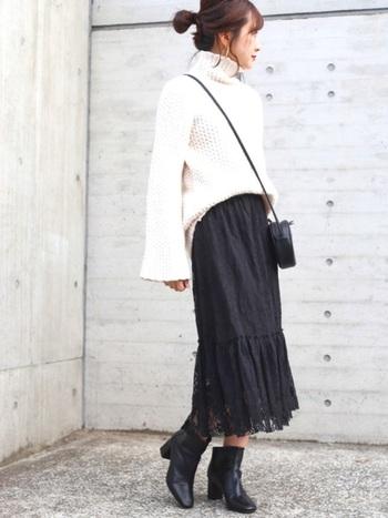 リラックス感のある白ニットには黒のレースフレアスカートを。小物も同じ黒で揃えれば大人シックなスタイリングに仕上がります。