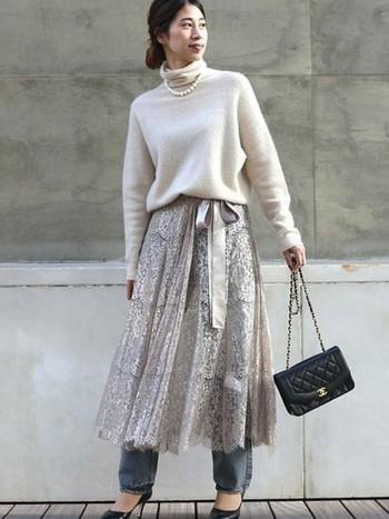 サテンのリボンがアクセントになったスカートは、パールのネックレスやキルティングのバッグを合わせてよそゆき風に。そこにデニムを重ねることでぐっと抜け感アップ!