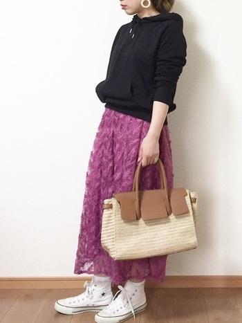 鮮やかなパープルのスカートは、黒のパーカーで引き締めて。他のアイテムを明るい色にすることで、軽さを演出するのも忘れずに。