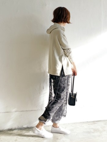 パーカー+デニムで作るおきまりのカジュアルコーデに、黒のレースフレアスカートをプラスすると、どこかモードな印象に。バッグも黒で合わせて統一感を。