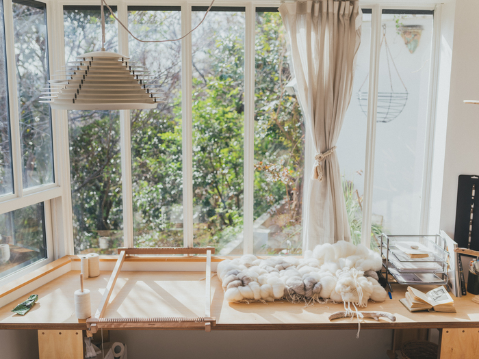 自宅の敷地内にある熊谷さんのアトリエ。窓いっぱいに柔らかな光が差し込みます