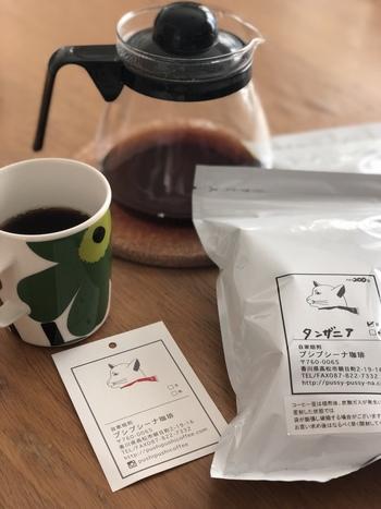 オンラインショップではオリジナルブレンドや期間限定商品など、常時15種類以上のコーヒー豆を販売しています。雑味のない美味しさを追求するために、焙煎前と焙煎後には不純物や欠点豆を取り除く「ハンドピック」という作業を行い、一粒一粒丁寧にコーヒー豆を選別しているそうです。