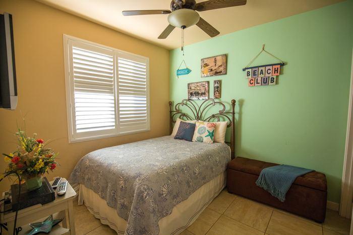賃貸物件ではなかなか見かけないかもしれませんが、グリーンは気分を落ち着ける色なので、寝室などにぴったりです。 ポップな感じで、子供部屋などにもよいかもしれません。  このように、壁色で部屋の雰囲気は大きく変わります。