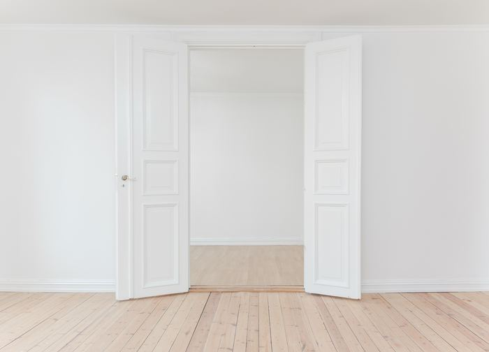真っ白の壁のままでも素敵ですが、壁に絵をかけたりすれば、より一層楽しみが広がります。 これから家具を置いたり、ファブリックの色を組み合わせながら、あれこれ想像が膨らみます。