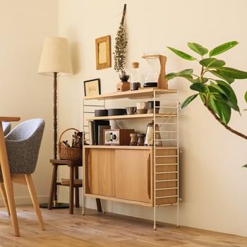 部屋に合ったサイズが選べる「R.U.S(ラス)」シリーズ。奥行き23cmの薄型タイプは狭いキッチンにも置けるのが嬉しいですね。お気に入りのアイテムを飾ればギャラリーのような素敵な空間に。