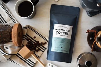 """『free design(フリーデザイン)』さんとコラボした「THE STANDARD COFFEE」は、誰でも美味しいと感じられる""""スタンダードな味""""をテーマにしたブレンドコーヒーです。香味とコクのバランスが取れたすっきりとした飲み口で、何度でも美味しく飲めるよう工夫されています。シックで洗練されたパッケージデザインも素敵ですね。"""