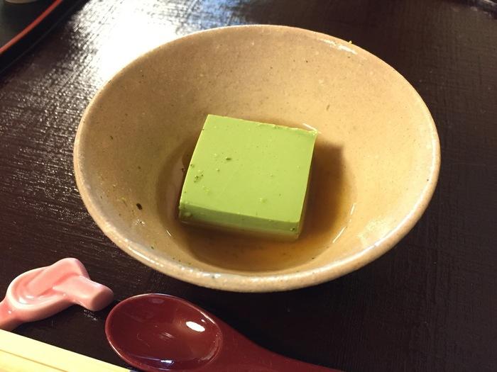 先付の宇治抹茶豆腐。しっかりした食感の豆腐は抹茶の香りが漂い、食欲をそそります。