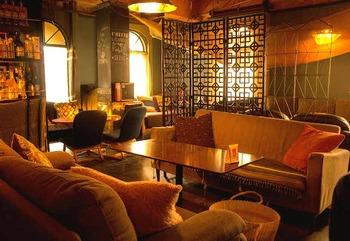 「Dogberry(ドッグベリー)」は、高円寺庚申通り商店街にある建物の2階にある隠れ家的なカフェです。店内に置かれたソファはすべて違う形で、個性的でムーディーな雰囲気です。