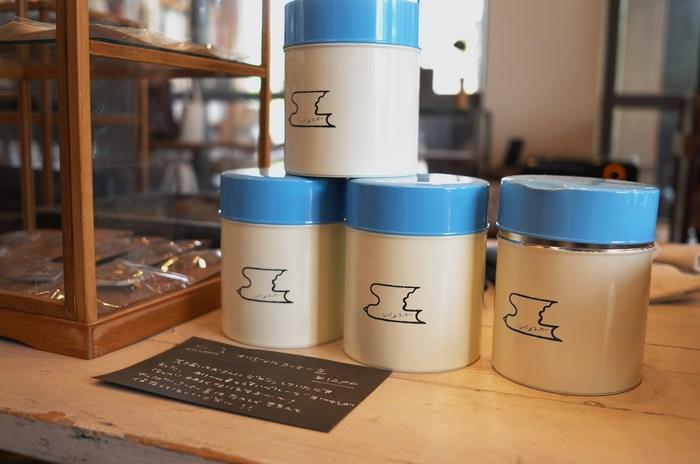 """最後にご紹介するのは、2012年に新潟県・燕市の美容室が立ち上げた大人気のカフェ「ツバメコーヒー」。新潟県出身の有名なイラストレーター、大塚いちお氏がデザインした可愛い""""燕""""のロゴマークが目印です。おしゃれなツバメマークのオリジナルコーヒー缶は、白×ブルーの爽やかなカラーリングも素敵ですね。"""