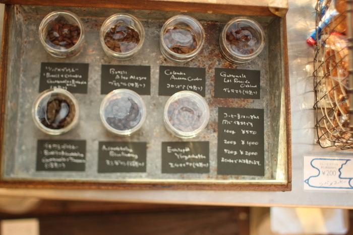ヘアサロンに併設するおしゃれなコーヒーショップでは、店内で自家焙煎したこだわりのコーヒーがいただけます。珈琲豆は中煎りのツバメブレンドと深煎りのイヌワシブレンドを中心に、ブラジルやコロンビアなどのシングルオリジンを加えた合計7種類のラインナップ。オンラインショップでも購入できるので、さっそく自宅で美味しいコーヒーを味わってみませんか?