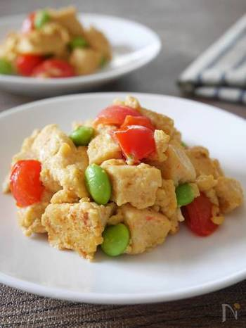 トマト×卵の鉄板の組み合わせに、高野豆腐でボリュームアップ。味つけはめんつゆだけなので、調理も簡単! 黄、赤、緑がそろった彩りも食欲をそそります。