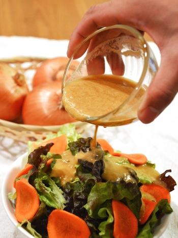 玉ねぎをたっぷり使用した和風ドレッシングに、オリーブオイルを加えてみても◎  ミキサーがあれば、あっという間にできますよ。