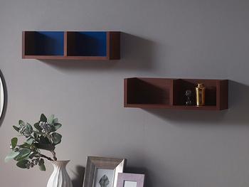 シンプルな形ですが、バックボードのブルーが効いた壁掛けラックです。バックボードは4色から選ぶことが出来るので、自分の好みの組み合わせが楽しめます。ブルーやレッドなら、お部屋のアクセントにもぴったりです。 さらにこちらの壁掛けラックなら、左右に壁があることで本のブックエンドの役割も果たしてくれますよ。